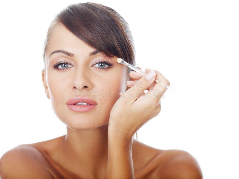 Recht schulterfreie Frau, die Lidschatten-Make-up anwendet stockfoto