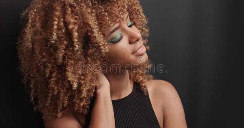 Recht schwarzes Mädchen mit dem großen Haar, das Video aufwirft lizenzfreie stockfotografie