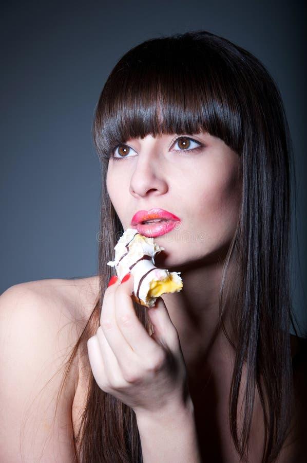 Mädchen mit Krapfen stockbild