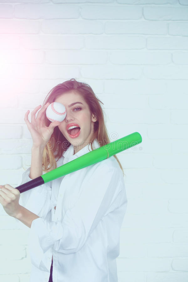 Recht sexy Frau mit dem langen Haar hält grünen Baseballschläger lizenzfreie stockbilder