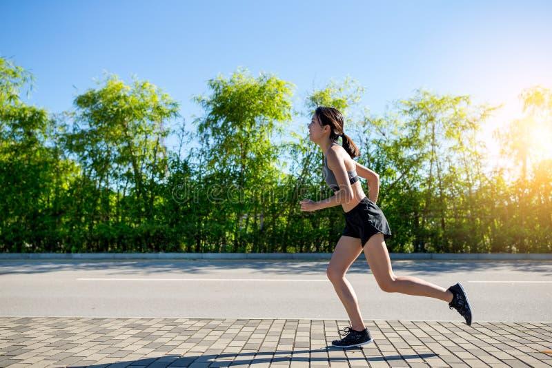 Recht sportliche Frau, die an im Freien rüttelt lizenzfreies stockbild