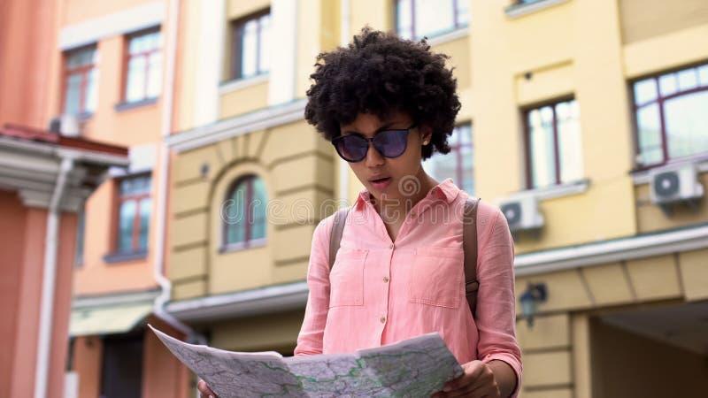 Recht weibliche touristische schauende Karte, suchend nach Stadtbesichtigungsplätzen, Reise stockfotografie