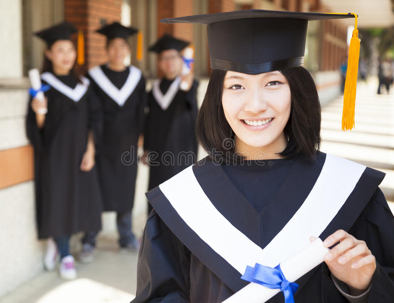 Recht weiblicher Collegeabsolvent, der Diplom hält lizenzfreie stockfotos