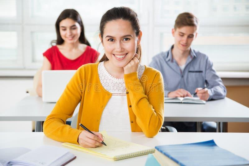 Recht weiblicher Hochschulstudent lizenzfreie stockfotografie