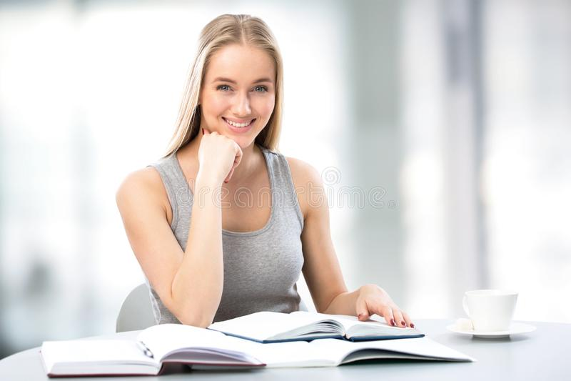 Recht weiblicher Hochschulstudent stockfoto