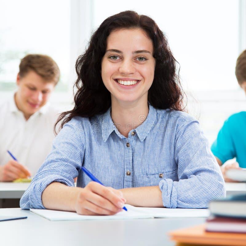 Recht weibliches Hochschulstudentporträt lizenzfreie stockfotos