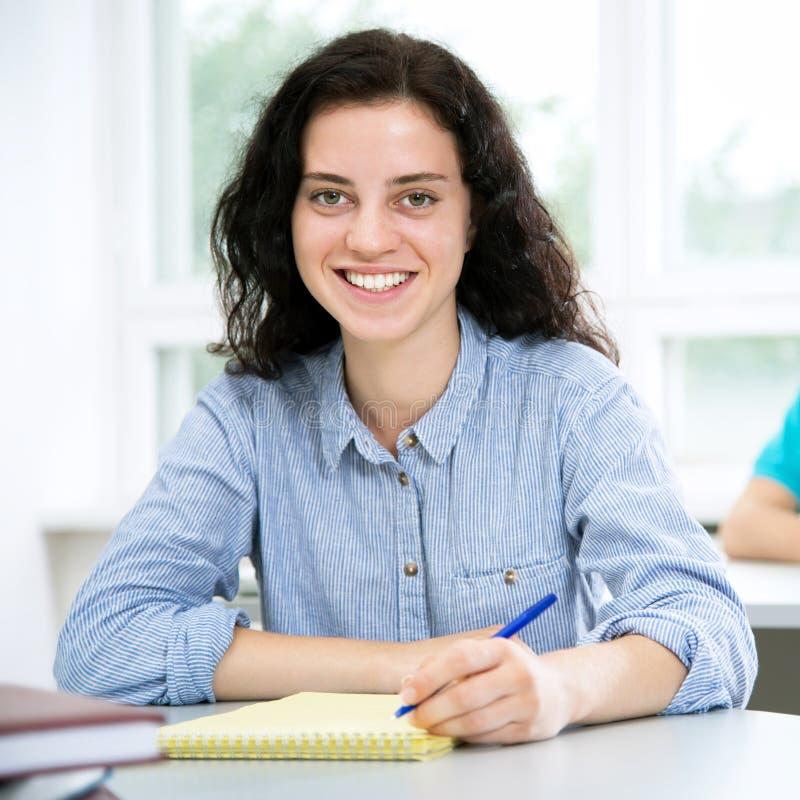 Recht weibliches Hochschulstudentporträt lizenzfreie stockbilder
