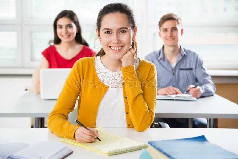 Recht weibliches Hochschulstudentporträt lizenzfreie stockfotografie