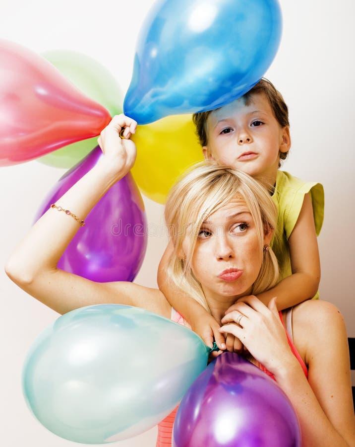 Recht wirkliche Familie mit Farbe steigt auf wei?em Hintergrund, blonde Frau mit kleinem Jungen am hellen L?cheln der Geburtstags lizenzfreies stockfoto