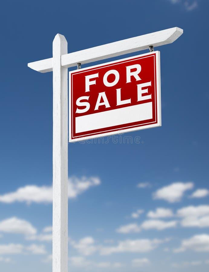 Rechte Einfassung für Verkaufs-Real Estate-Zeichen auf einem blauen Himmel mit Wolken lizenzfreie abbildung