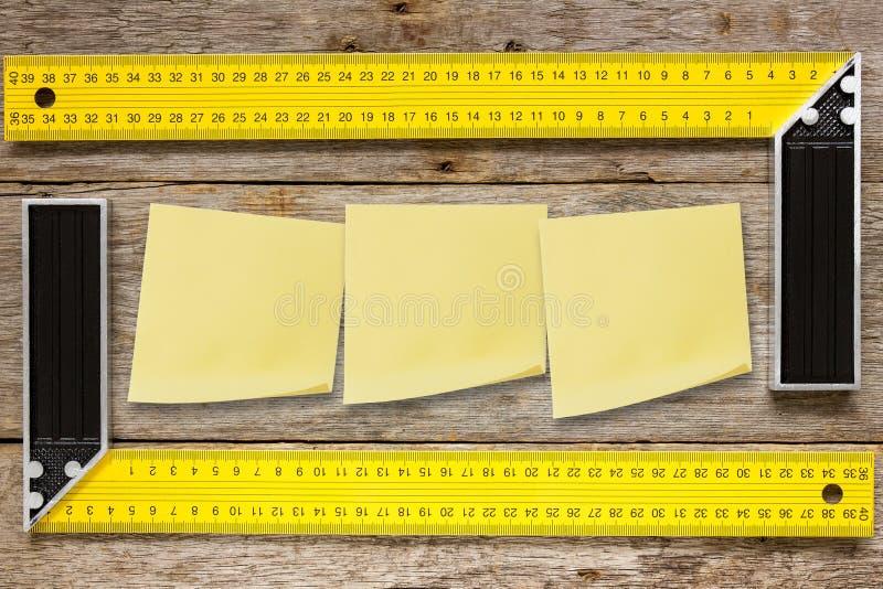 Rechte hoekhulpmiddelen en kleverige nota's royalty-vrije stock afbeeldingen