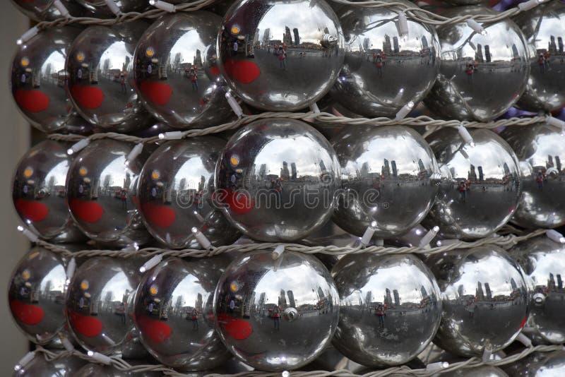 Rechte rijen van gelijke de ornamentenclose-up van spiegel zilveren Kerstmis Bezinning in vele glanzende glasballen Vakantiedecor royalty-vrije stock afbeelding