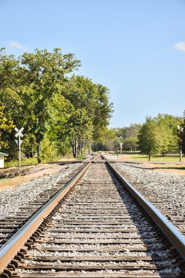 Rechte spoorwegsporen die in de afstand verdwijnen royalty-vrije stock foto