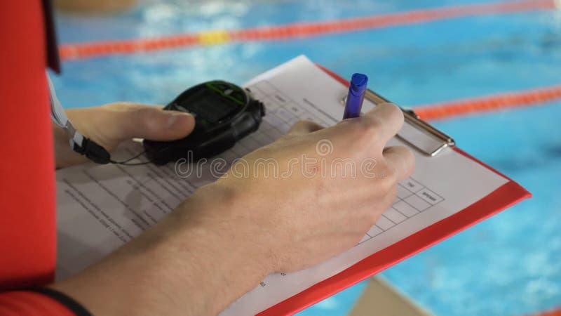 Rechter bij de concurrentie in pool Het close-up van de rechter dient de pool in die de verklaring in het blad registreert royalty-vrije stock afbeeldingen