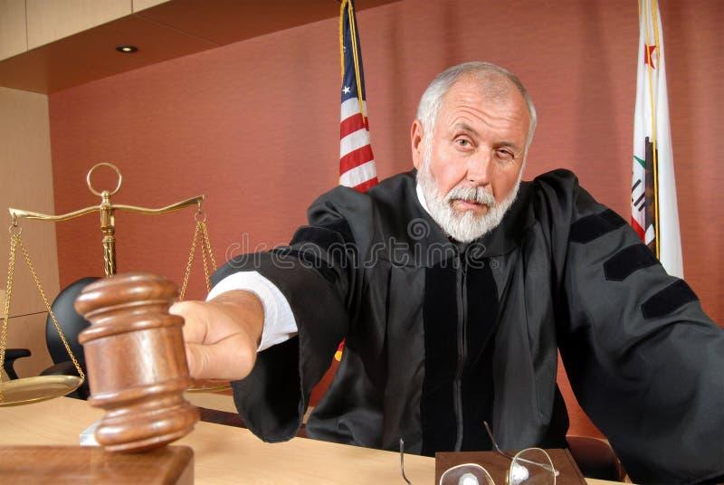 Rechter die zijn hamer met behulp van royalty-vrije stock foto