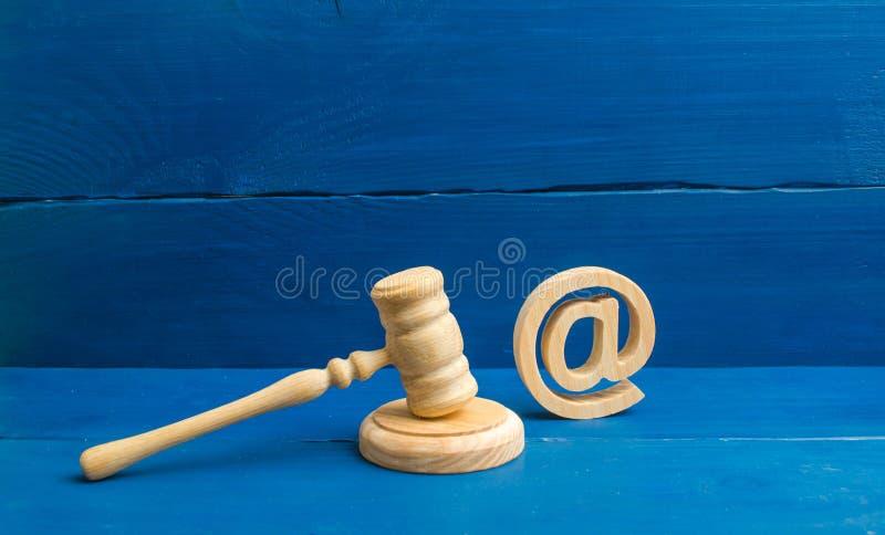 Rechters` s hamer en e-mailadres Het concept gerechtelijke procedures voor de beslaglegging van rechten de namen van post en webs stock afbeelding