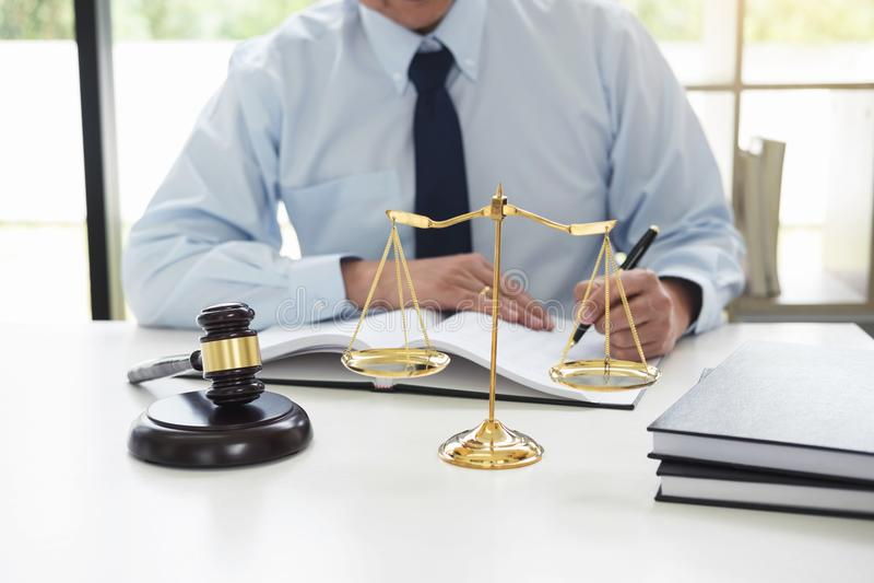Rechtershamer die met schalen van rechtvaardigheid, mannelijke advocaten het hebben werken royalty-vrije stock foto's