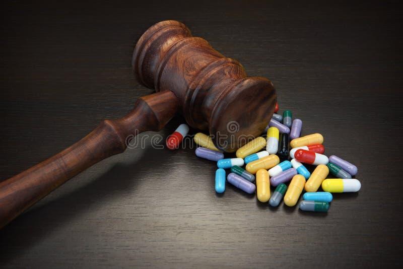 Rechtershamer en Medicijn op Zwarte Houten Grunge-Achtergrond stock afbeeldingen