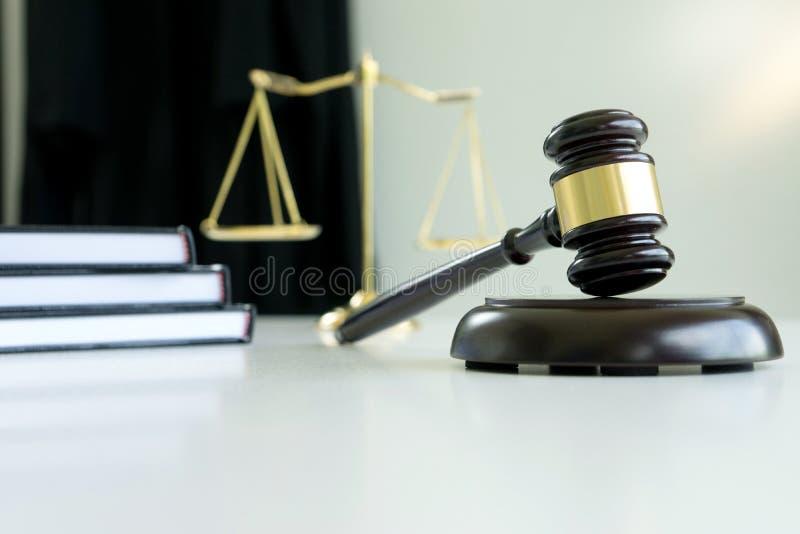 Rechtershamer met de Aanklager van Rechtvaardigheidsadvocaten of gedaagdevergadering stock afbeeldingen