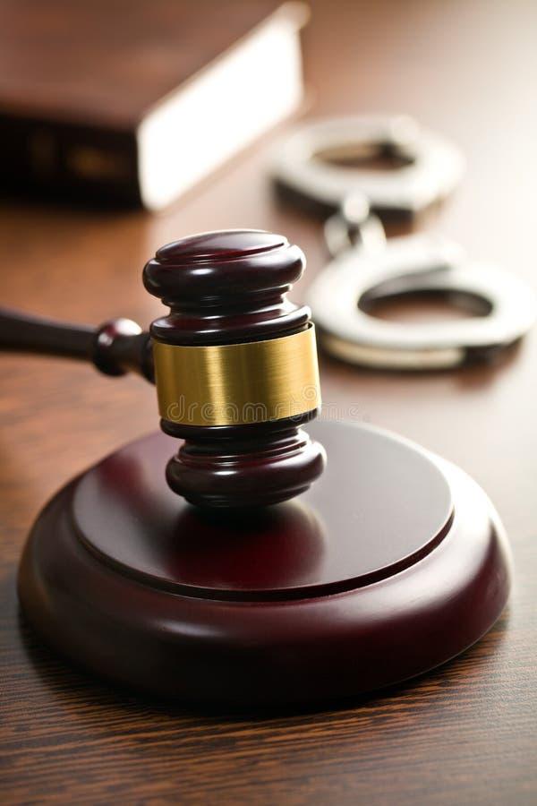 Rechtershamer met handcuffs royalty-vrije stock afbeeldingen