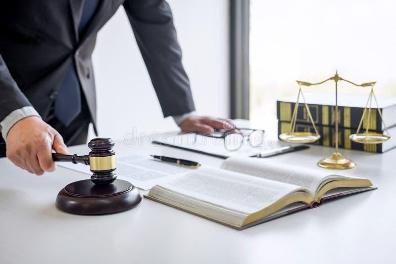 Rechtershamer met Rechtvaardigheidsadvocaten, Adviseur in kostuum of advocaat die aan documenten in rechtszaal werken, Wettelijke stock fotografie