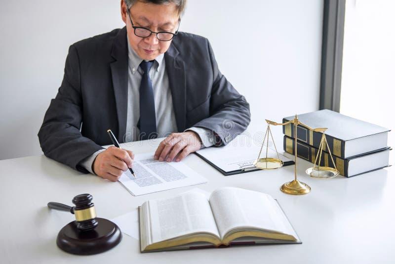 Rechtershamer met Rechtvaardigheidsadvocaten, Adviseur in kostuum of advocaat die aan documenten in rechtszaal werken, Wettelijke stock afbeelding