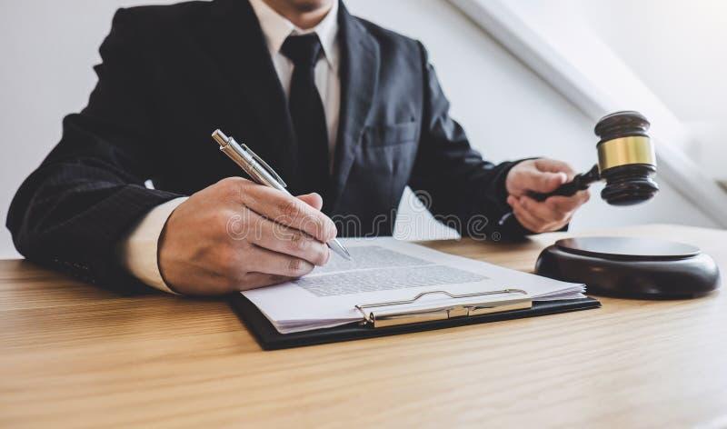 Rechtershamer met Rechtvaardigheidsadvocaten, adviseur in kostuum of advocaat die aan documenten werken bij advocatenkantoor in b stock afbeeldingen