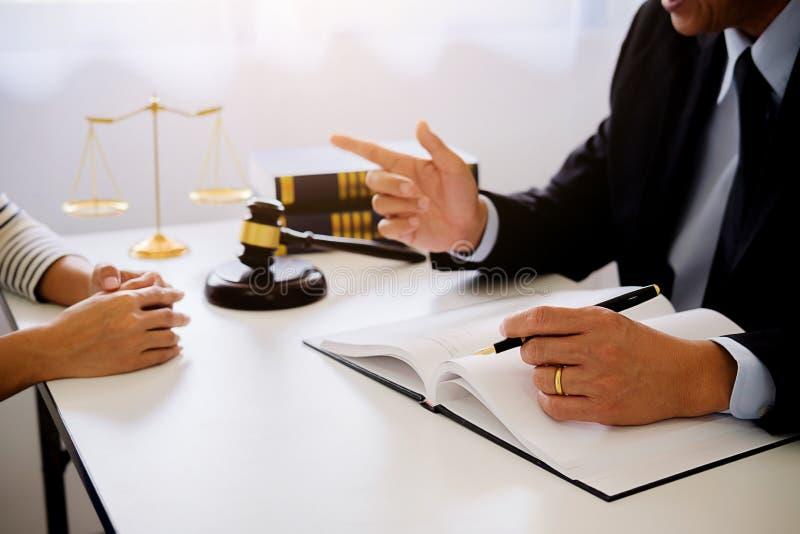 Rechtershamer met Rechtvaardigheidsadvocaten die teamvergadering hebben bij advocatenkantoor stock afbeelding