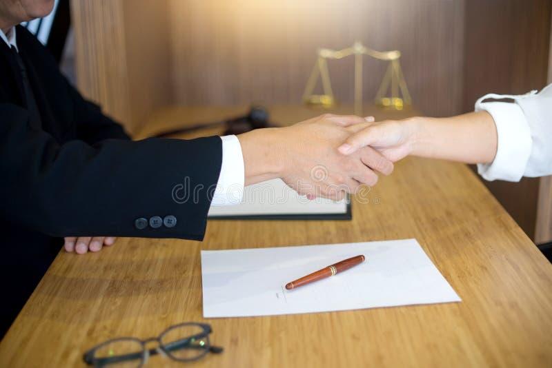 Rechtershamer met Rechtvaardigheidsadvocaten die vergadering met team hebben stock afbeeldingen