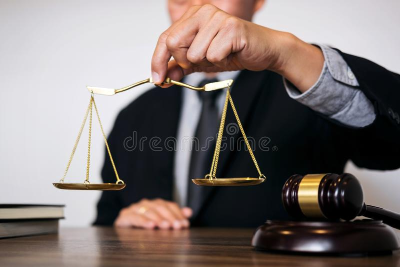 Rechtershamer met Rechtvaardigheidsadvocaten, Zakenman in kostuum of advocaat stock foto