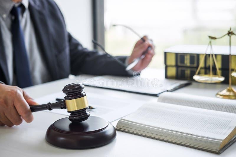 Rechtershamer met Rechtvaardigheidsadvocaten, Zakenman in kostuum of advocaat die aan documenten in rechtszaal werken Wettelijke  stock afbeeldingen