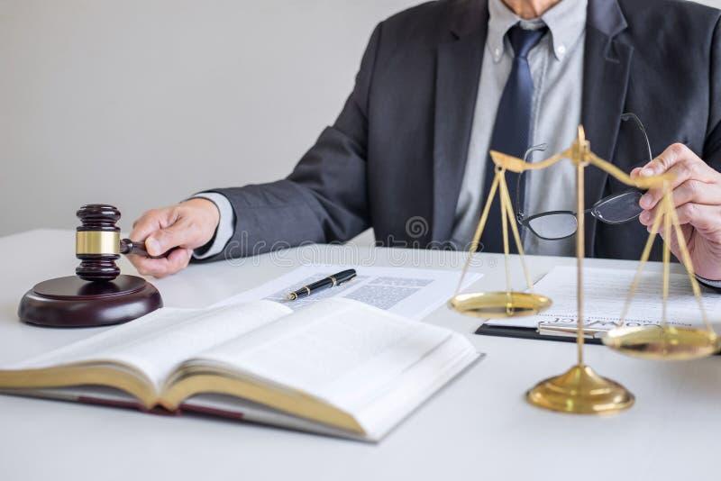 Rechtershamer met Rechtvaardigheidsadvocaten, Zakenman in kostuum of advocaat die aan documenten in rechtszaal werken Wettelijke  royalty-vrije stock afbeelding