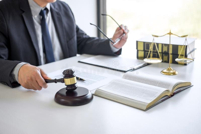 Rechtershamer met Rechtvaardigheidsadvocaten, Zakenman in kostuum of advocaat die aan documenten in rechtszaal werken Wettelijke  stock fotografie