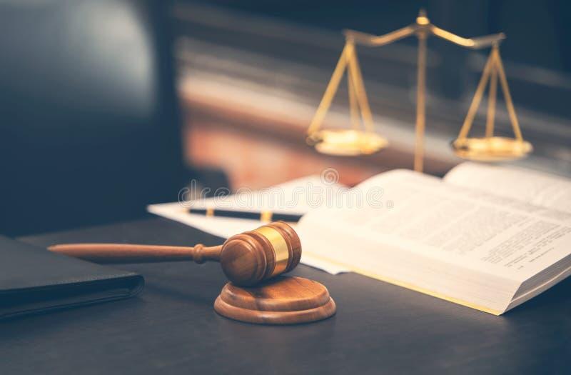 Rechtershamer met wetsboek op houten lijst royalty-vrije stock foto