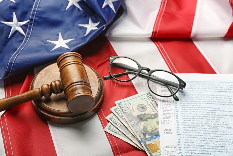 Rechtershamer, oogglazen, geld en belastingsvormen stock afbeelding