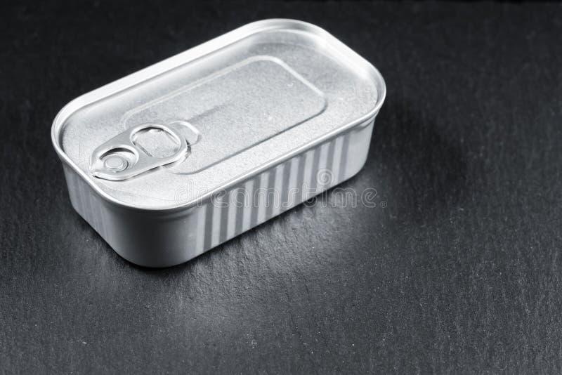 Rechthoekige aluminium verpakking ingeblikt zonder een etiket op een steenachtergrond royalty-vrije stock afbeelding