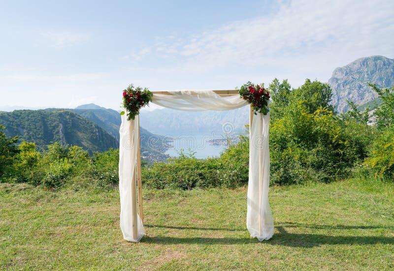 Rechthoekige die huwelijksboog met bloemen voor de huwelijksceremonie wordt verfraaid stock foto's