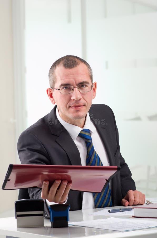 Rechtsanwalt auf seinem Arbeitsplatz lizenzfreies stockfoto