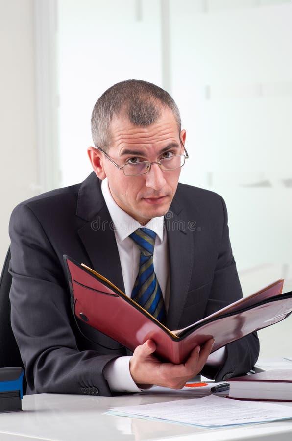Rechtsanwalt auf seinem Arbeitsplatz stockfoto