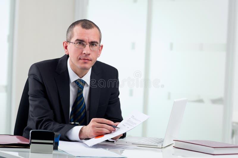 Rechtsanwalt auf seinem Arbeitsplatz lizenzfreie stockfotos