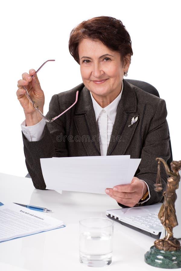 Rechtsanwalt auf seinem Arbeitsplatz stockbilder