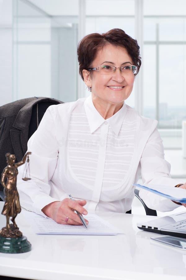 Rechtsanwalt auf seinem Arbeitsplatz lizenzfreies stockbild