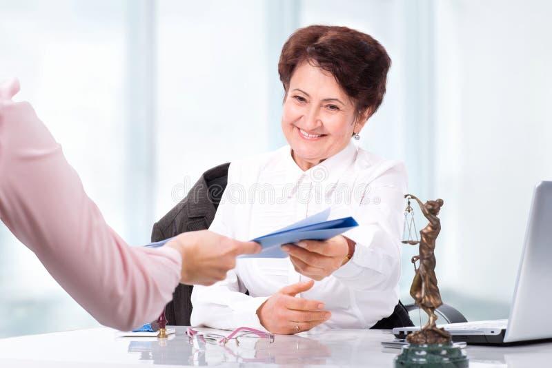 Rechtsanwalt auf seinem Arbeitsplatz lizenzfreie stockbilder