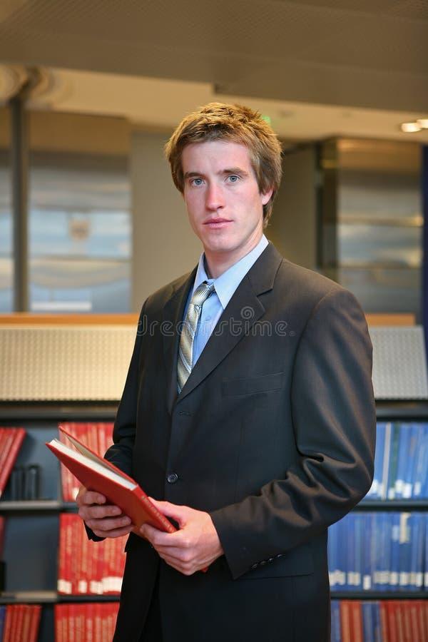 Rechtsanwalt in der Bibliothek stockfotos