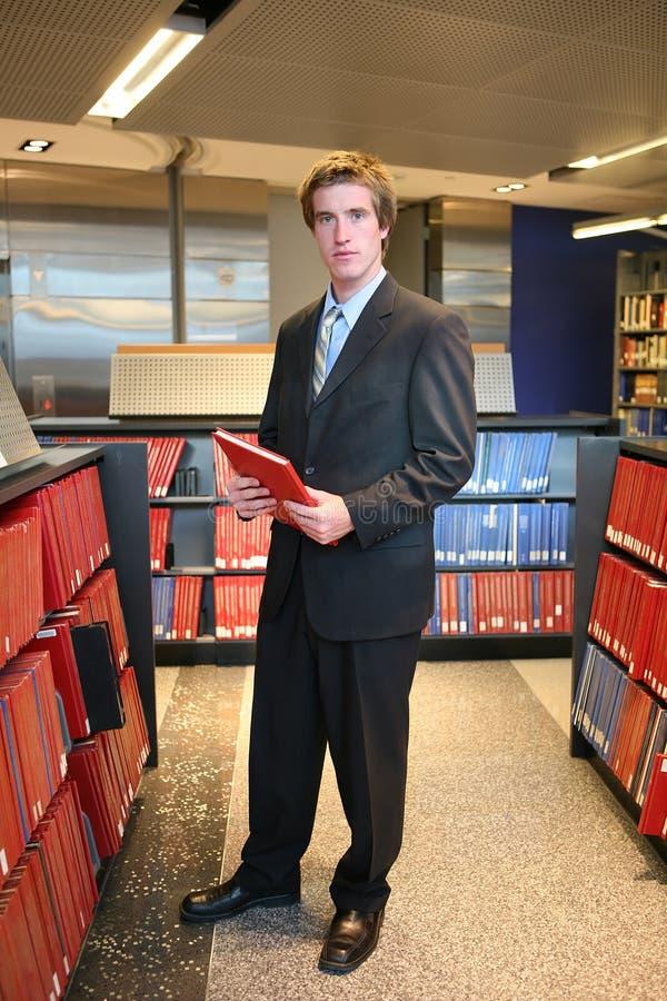 Rechtsanwalt in der Bibliothek lizenzfreie stockbilder
