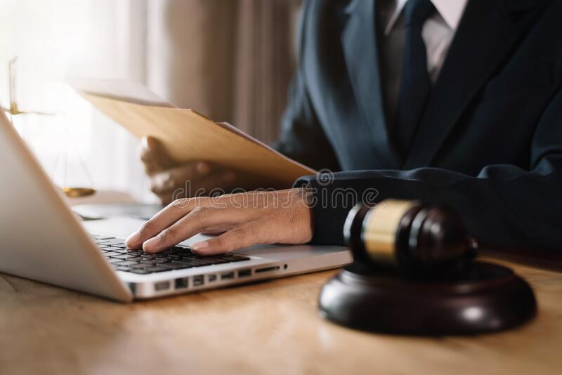 Rechtsanwalt, der an Dokumenten im Gerichtssaal arbeitet lizenzfreie stockfotografie
