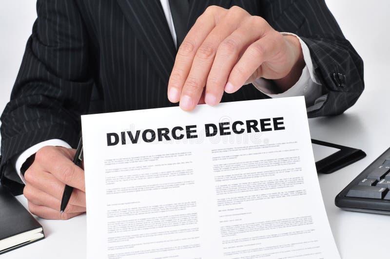Rechtsanwalt, der eine Scheidungsverordnung zeigt stockfoto