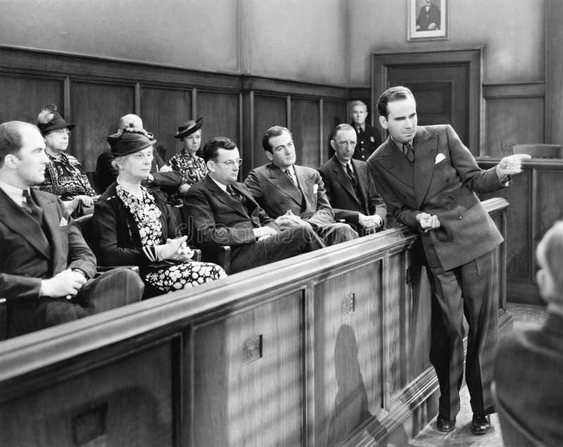 Rechtsanwalt, der mit der Jury spricht (alle dargestellten Personen sind nicht längeres lebendes und kein Zustand existiert Liefe stockbild