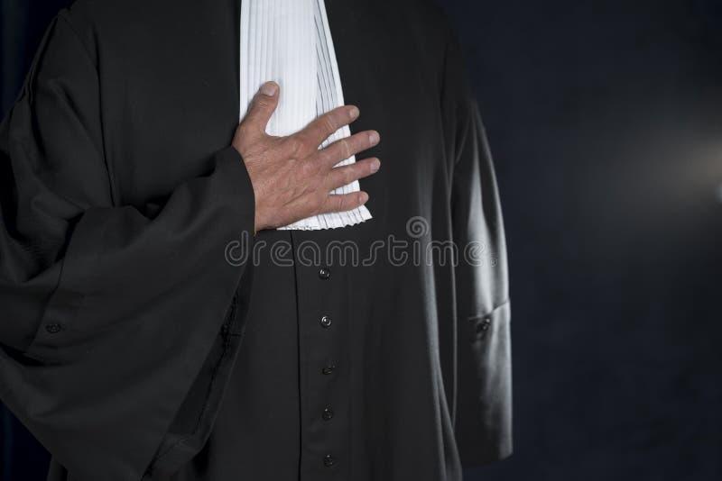 Rechtsanwalt in der Robe mit den Jabothänden schließen herauf Richter lizenzfreie stockfotos