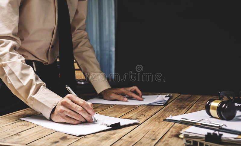 Rechtsanwalt, der schwer seine Jobschreibarbeit im Büro, Weinlese pictur arbeitet stockbild